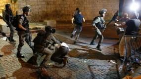 الاحتلال يعتدي على الشبان في باب العامود ويدمر بسطات الباعة المتجولين