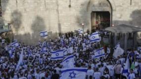 """""""مسيرة الاعلام"""" بالقدس ووصولها لباب العامود وإصابات بين المواطنين برصاص الاحتلال"""
